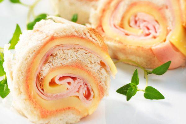 Rollos de pan rellenos con jamon y queso. Ideas para rellenar rollitos de pan de molde. Rollitos de pan de molde rellenos dulces