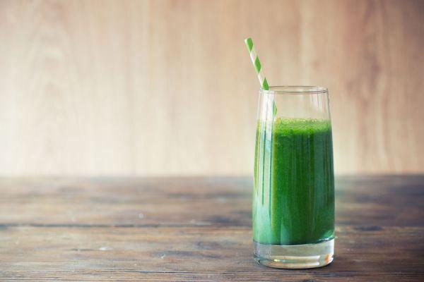 Vaso con zumo detox verde para adelgazar y desintoxicar el organismo