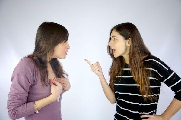 Personas agresivas discutiendo