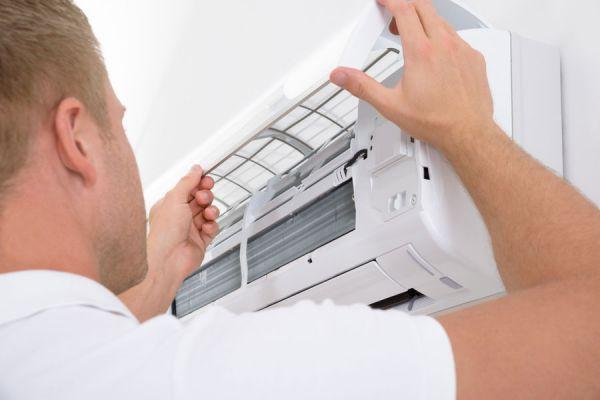 Profesional instalando un aire acondicionado ahorrador de energía