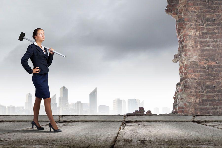 Mujer con pose firme y fuerte a nivel emocional