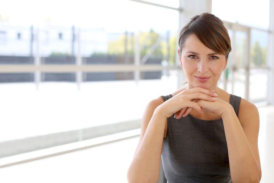 Mujer mirando firme y con autoconfianza.