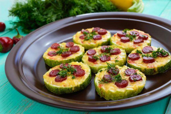 Cómo hacer mini pizzas sin gluten. Pizzetas caseras de verduras. Receta para hacer pizzas caseras con verduras.