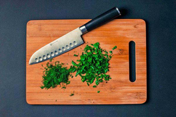 Tabla de madera para picar verduras.