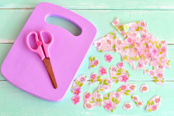Tabla de corte de plástico, ideal para manualidades creativas.