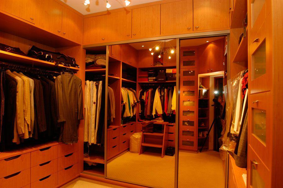 Habitación con un gran vestidor.