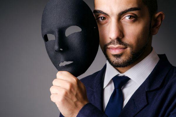 Persona con una máscara. La gente falsa suele tener varias conductas comunes