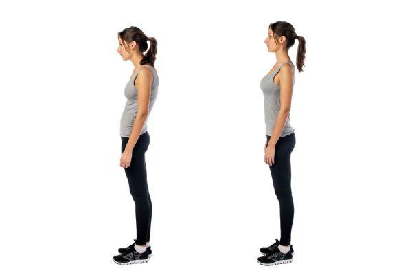 Mujer encorvada y luciendo la postura corporal correcta.