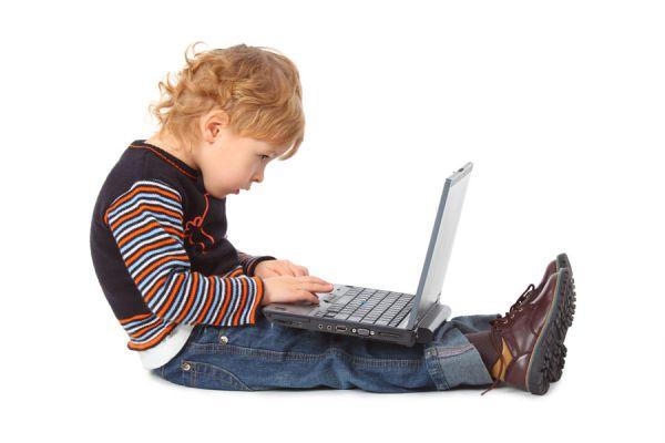 Niño frente al ordenador con una mala postura corporal.