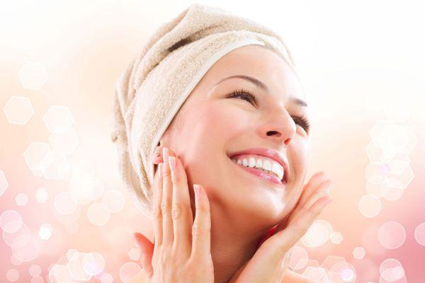 Mujer sonriente con piel delicada tras usar una mascara casera