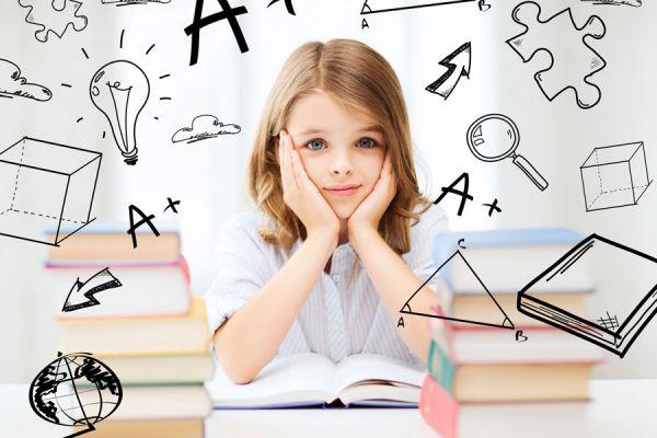 Niña con flechas y símbolos alrededor que revelan distintos métodos de aprendizaje.
