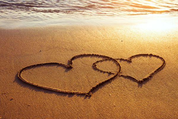 Corazones en la arena. El amor de verano suele ser una ilusión.