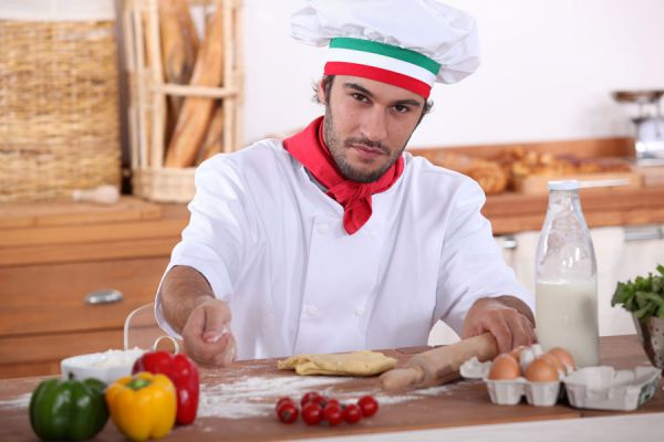 Cheff preparando la masa para ravioles fritos para copetín