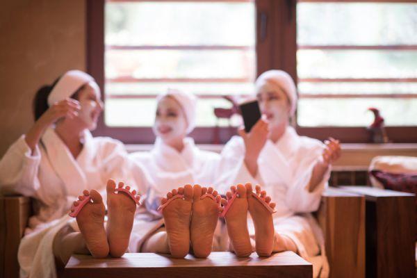 Mujeres disfrutando en un spa. El momento de usar una mascarilla facial también se puede compartir con amigas.