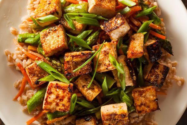 Cubos de tofu cocido revueltos con apio y cereales