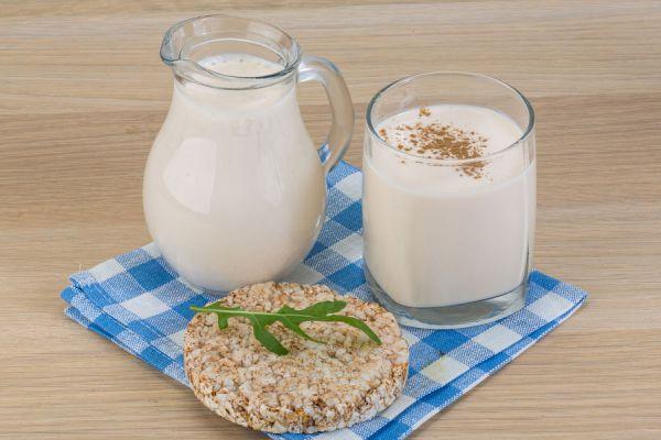 Tazón de yogurt kéfir casero con semillas