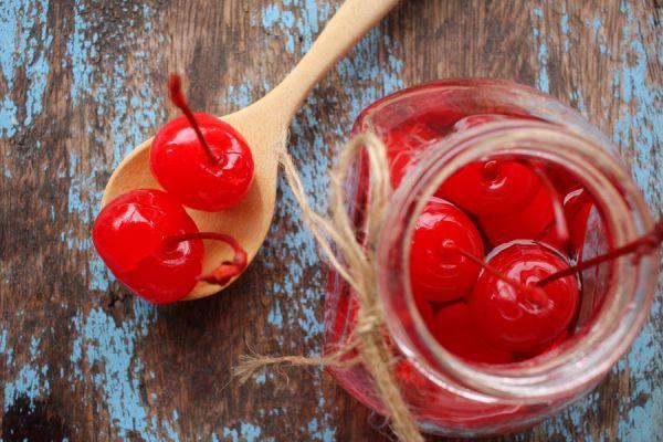 Frasco de cerezas en almíbar