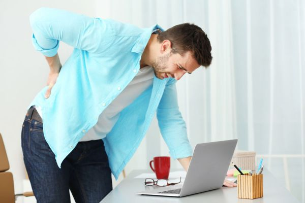 El dolor de espalda es un síntoma habitual de insuficiencia renal