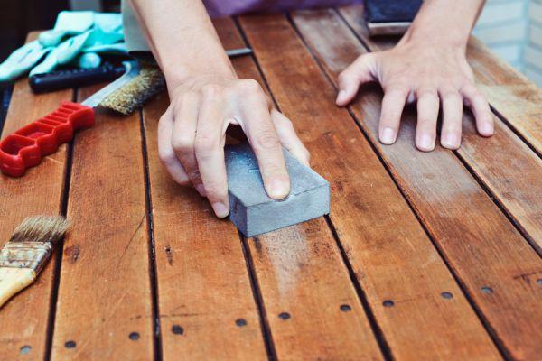 Piso de madera rayados en reparación