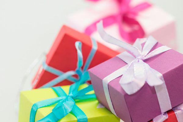 Obsequios envueltos para regalar en un cumpleaños