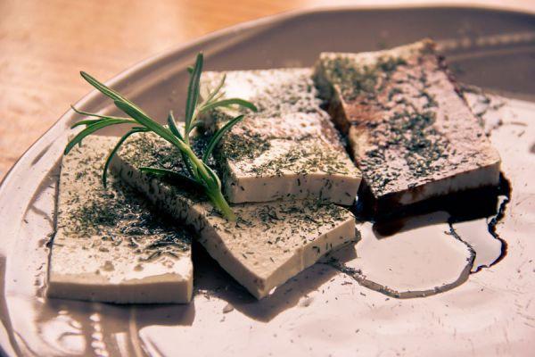 Tofu casero con hierbas