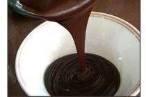 Colocar el baño de chocolate a los conitos de dulce de leche sin que se deformen