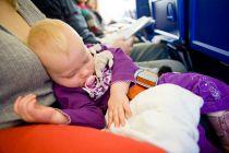 Cómo viajar en avión con niños