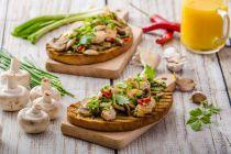 Cómo preparar tostadas de vieiras con hongos
