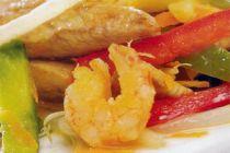 Cómo preparar pollo con camarones al vino blanco