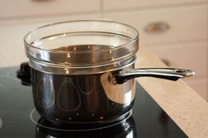 Cómo evitar que se mueva el recipiente al cocinar a baño María