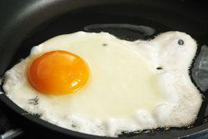 Ilustración de Cómo hacer para que no se Peguen los Huevos Fritos