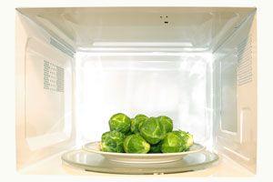 Ilustración de Cómo cocinar Verduras en el Microondas: ¿Con o sin agua?
