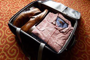 Cómo quitar las arrugas de la ropa guardada en una maleta.