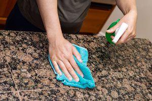 Limpieza de una mesa de mármol