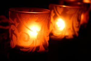 Ilustración de Cómo colocar una vela en un candelabro o portavela que no ajusta bien