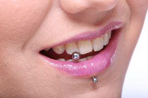 Ilustración de Cómo tener una sonrisa más brillante con un piercing dental