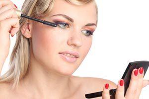 Ilustración de Cómo maquillarse los ojos sin mancharse el rostro