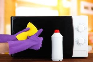 Ilustración de Cómo eliminar el mal olor del microondas