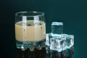 Copa de baileys casero con hielo