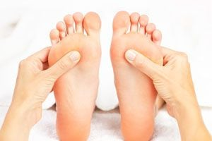 Cómo hacer un masaje en los pies