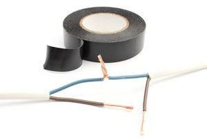 Cómo cubrir las uniones de cables eléctricos con cinta aislante