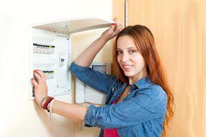 Mujer intentando reparar una llave térmica