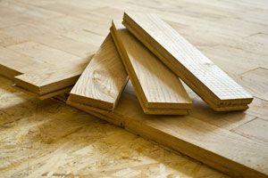 Como sustituir piezas de parquet rotas o flojas