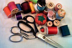 Cómo elegir y cuidar las herramientas de corte para costura (Tijeras, cortahilos, descosedor, etc)