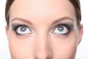 Cómo maquillarse con lentes de contacto