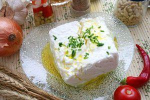 Porción de queso con hierbas recién hecho