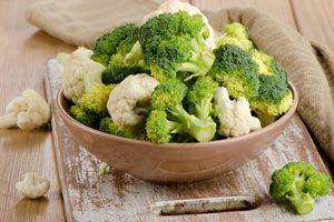 Ilustración de Cómo preparar ensalada de brócoli y coliflor con queso de cabra