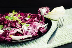 Ilustración de Cómo preparar una ensalada de endibias, remolacha y nueces