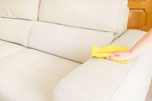 Como proteger muebles de cuero de manchas y quebraduras