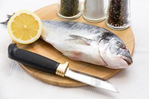 Ilustración de Cómo limpiar y cortar un pescado plano